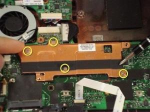 Разбираем ноутбук Compaq Mini 110. Чистим ноутбук от пыли и меняем термопасту.