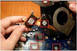 Разбираем ноутбук Samsung R523, чистим от пыли и меняем термопасту.